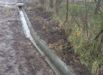 На вулиці Кривій у Винниках споруджують водозливну мережу