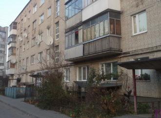 У будинку на вулиці Кільцева, 2 у Винниках відремонтували дахи над входами в під'їзди