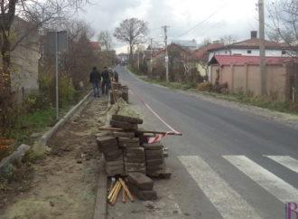 На вулиці Шевченка у Винниках споруджують тротуар